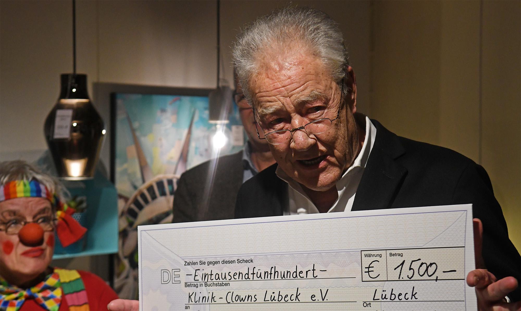 Björn Engholm nahm den Scheck in Höhe von 1500 Euro entgegen.