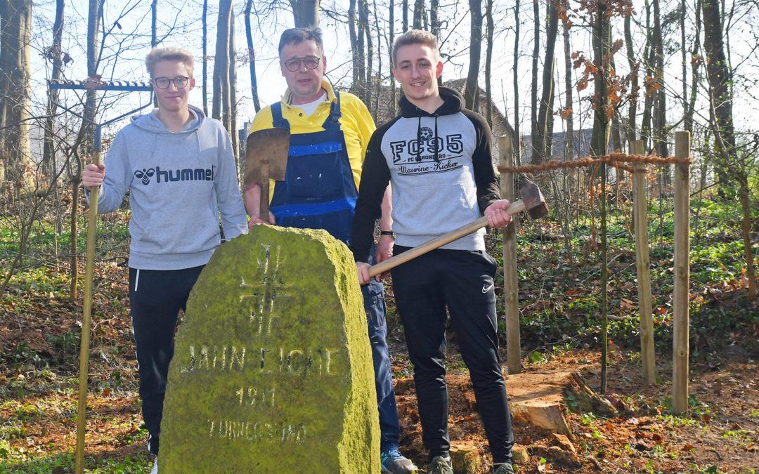 FC Schönberg 95 pflanzt neue Jahn-Eiche