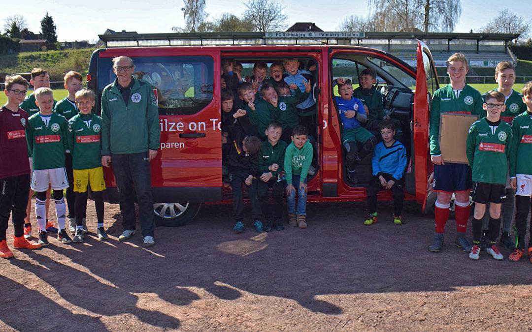 FC-Kicker freuen sich über neuen Kleinbus