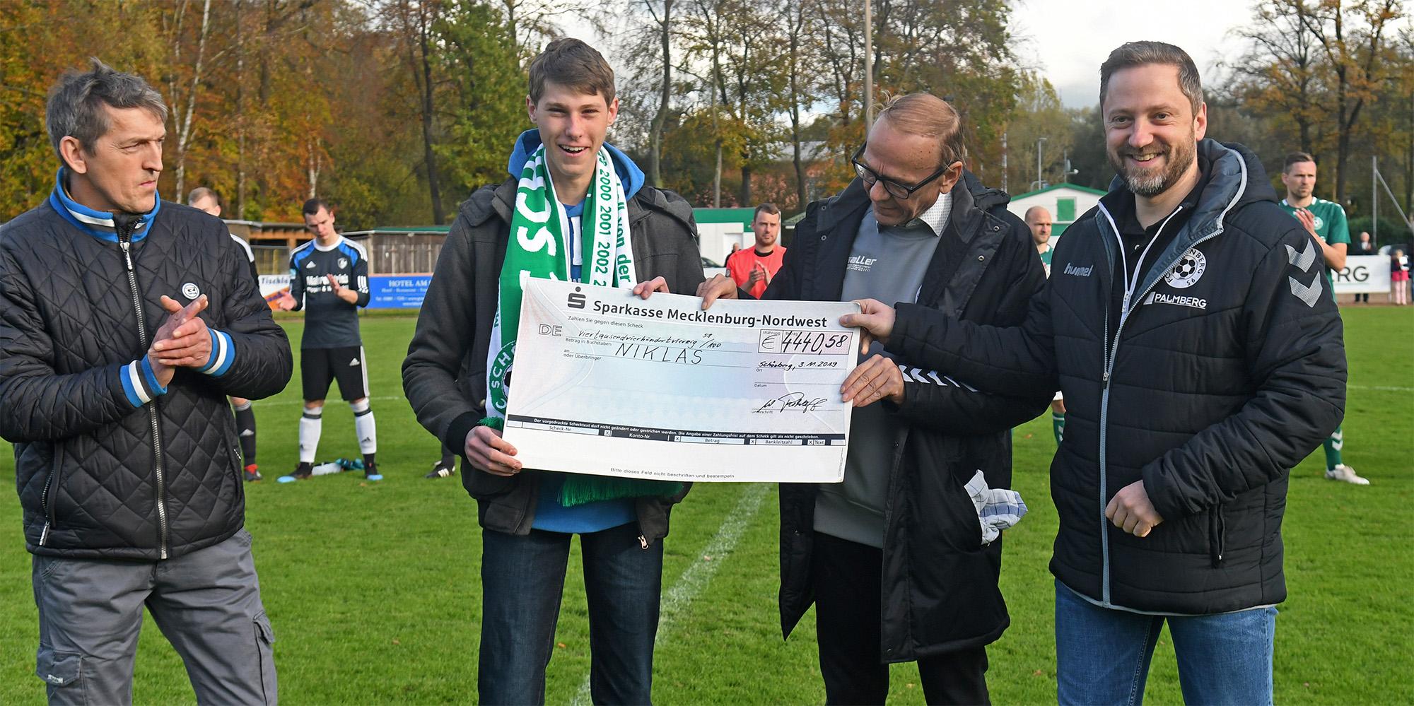 Michael Stutzky (FC Selmsdorf), Wilfried Rohloff und Patrick König (FC Schönberg 95) übergaben Niklas den symbolischen Scheck.