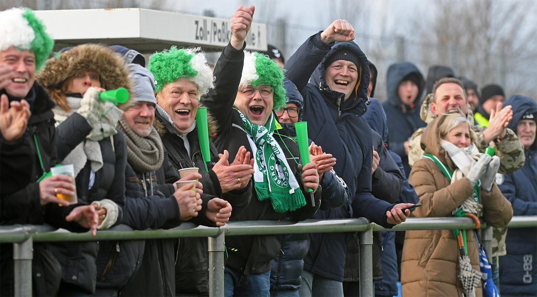 Die mitgereisten Schönberger Fans feiern den Sieg im Spitzenspiel der Landesliga West.